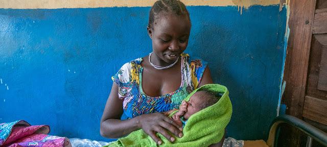 Una madre y su hijo recién nacido en el Centro de Salud de Karenga, Uganda.UNICEF/Zahara Abdul