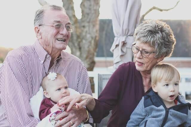 los abuelos ayudan en la crianza de sus hijos