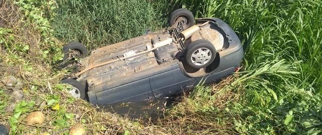 Motorista perde controle de carro e capota em Patos