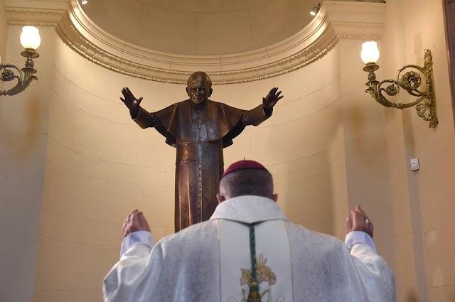 Szobrot állítottak Szent II. János Pál pápának a Szent István-bazilikában