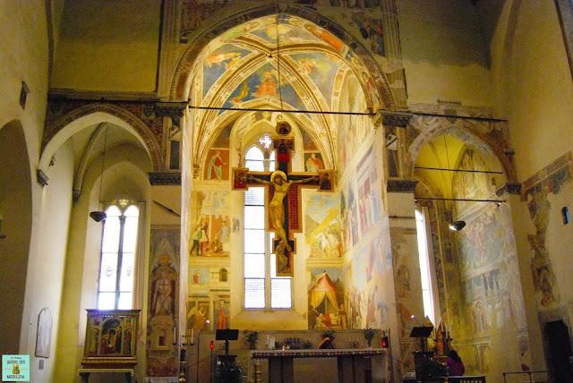 Interior de la Basílica de San Francisco en Arezzo, Toscana
