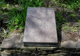 Балка Сухая. Донецкая обл. Мемориал памяти погибших в авиакатастрофе в 2006 г. Колодец