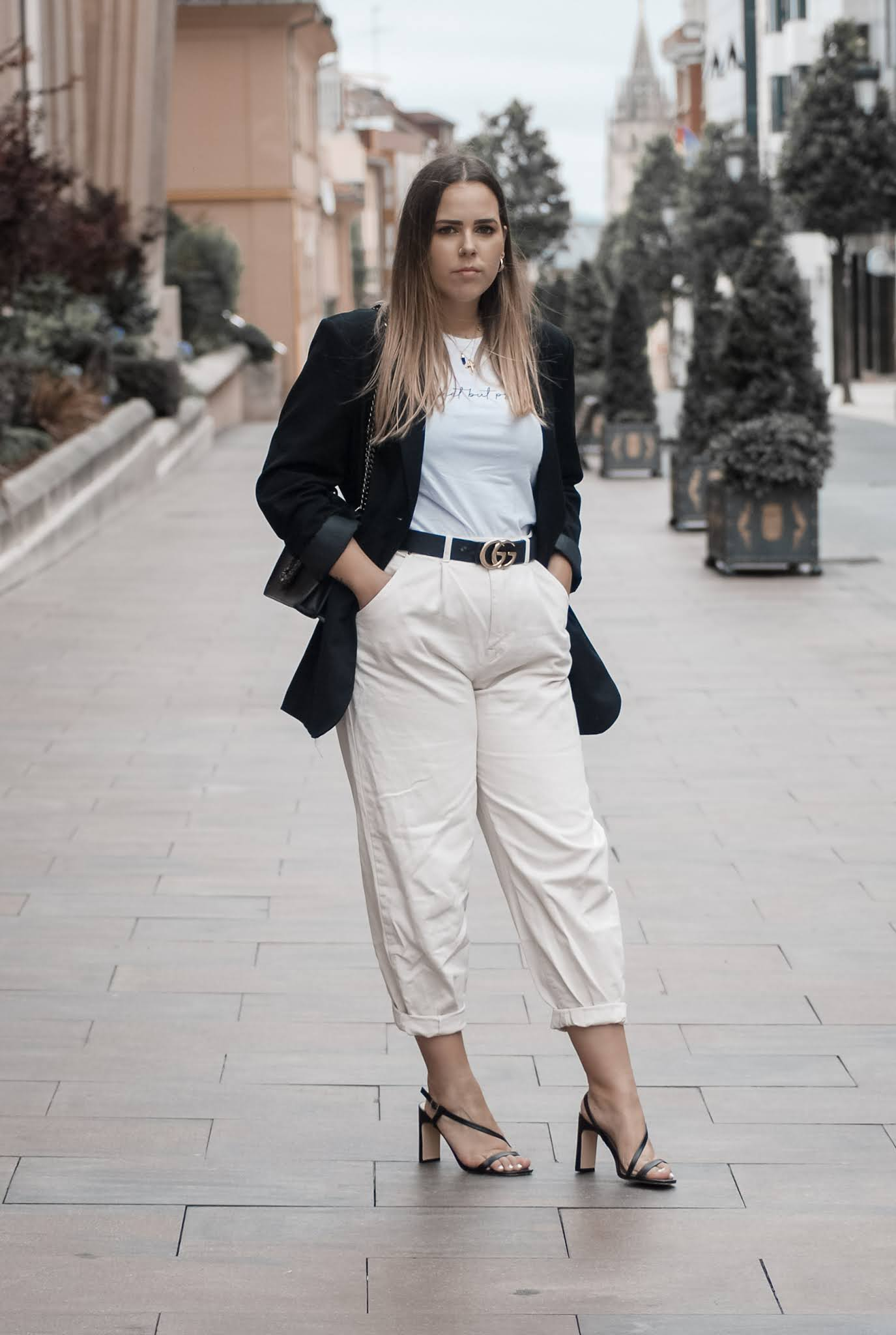 Outfit con slouchy beige