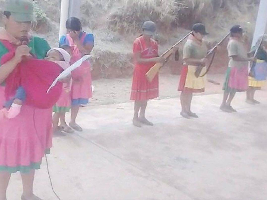 VIDEO: Antes fueron niños, ahora mujeres presentan armas contra los carteles que los han desplazado en Guerrero