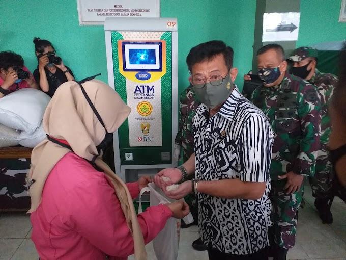 Menteri Pertanian Tinjau Pembagian Beras Melalui ATM di Kodim Depok