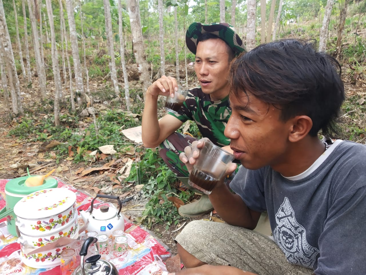 Wayae Ngopi Kode dari Warga Bersama Satgas TMMD 106 Kodim 0818 di Donomulyo
