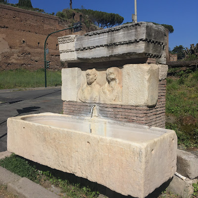 Appia Antica fontana sarcofago