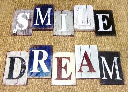 Letreros smile y dream de madera pintada