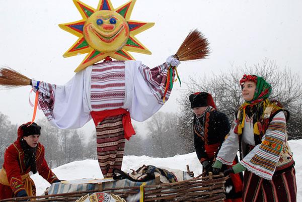 Preparando el muñeco de paja de Máslenitsa (Chuchelo Maslenitsy)