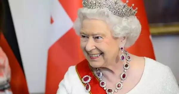 """Βασίλισσα Ελισάβετ: """"Μην είστε εγωιστές, κάντε το εμβόλιο""""!"""