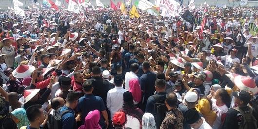 Ribuan Massa Bercaping Sambut Kehadiran Jokowi-Ma'ruf di Karawang