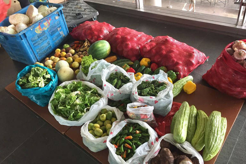 He was also able to gather so many edible fruits and vegetables (including apples, bananas, watermelons, cucumbers, onions and carrots) from dumpsters that his fridge was filled to the brim, so he gave the extras to neighbours, friends and family.