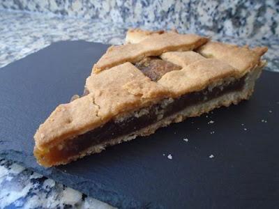 Porción de crostata italiana rellena de crema de castañas