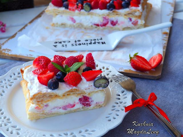 Ciasto francuskie z bitą śmietaną i owocami