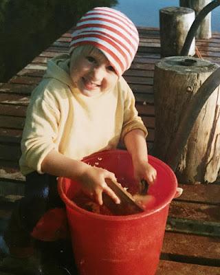 mökki-pirkko pesee nauriita vuonna 1983 raitapipo päässä
