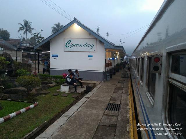 Istirahat di Stasiun Cipeundeuy, agak lama karena mengecek kondisi kereta api.