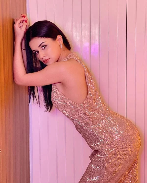 Avneet Kaur sets social media on fire in this shimmeryd dress