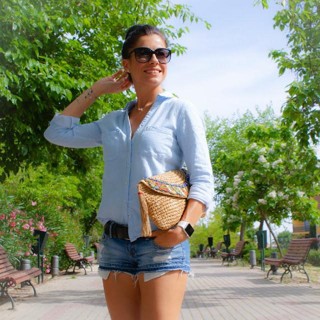 LOOK de primavera con camisa, shorts y zapatillas Reebok Classic