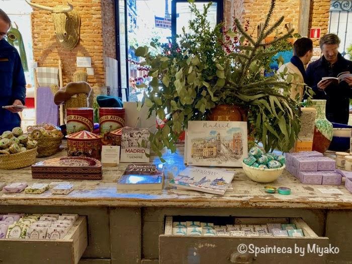 スペインのマドリードの雑貨屋さんで可愛く飾られた本や塗り絵