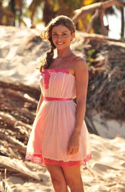 Ester (Grazi Massafera) look rosa