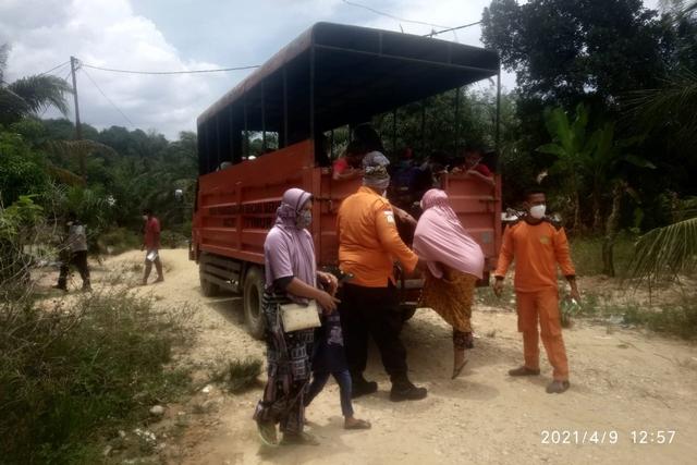 Petugas BPBD mengosongkan Desa Panton Rayeuk T