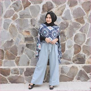 Outfit Celana Cullotes Untuk Hijabers Ala Selebgram 2018 top blouse batik biru dongker high heels loafers and slip ons mangset hijab pashmina diamond kacamata bulat hitam pants pallazo cullotes biru muda pastel ootd trendy