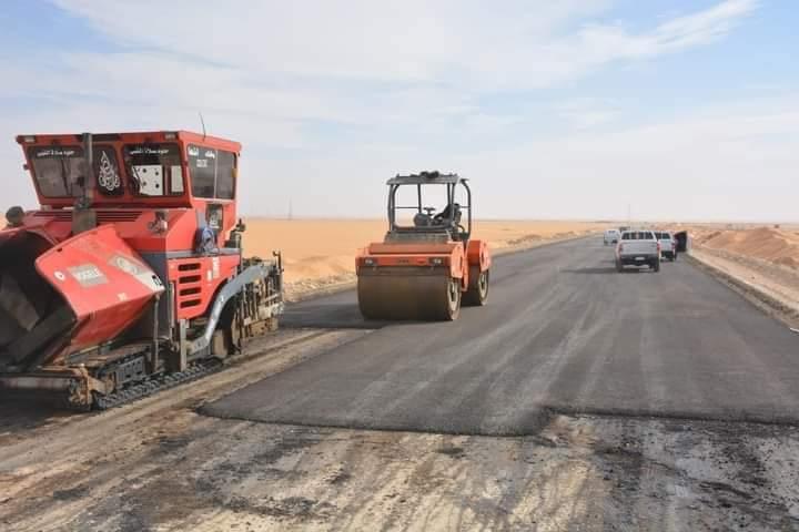 محافظ الوادي الجديد يتابع أعمال مشروعات الطرق بالداخلة