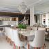 Sala de jantar contemporânea com elementos clássicos e cores neutras!