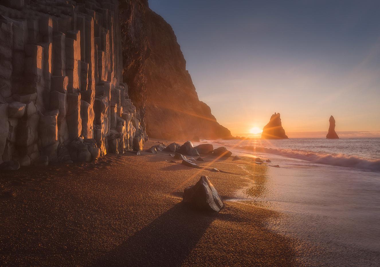 Закат на черном пляже Рейнисфьяра в Исландии