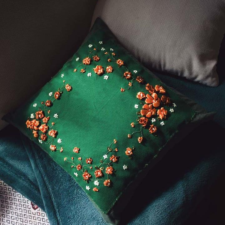 Kwiaty w majowym lesie – haftowana poduszka