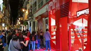 Una de las calles más populares del comercio granadino