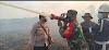 Polsek Bangko Pusako dan TNI Berjibaku Padamkan Titik Api