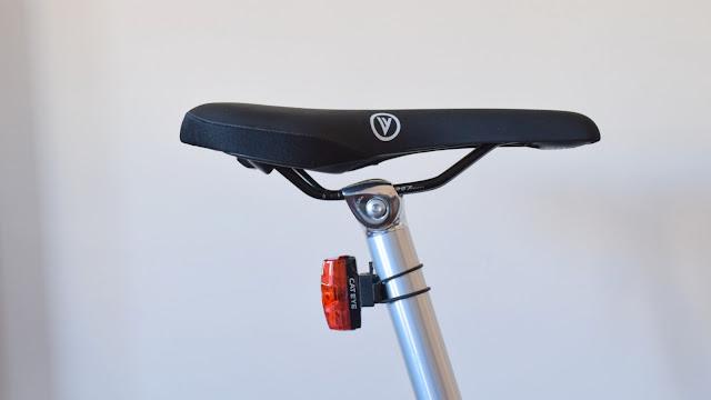 Iluminação Cateye e suporte traseiro na Vello bike