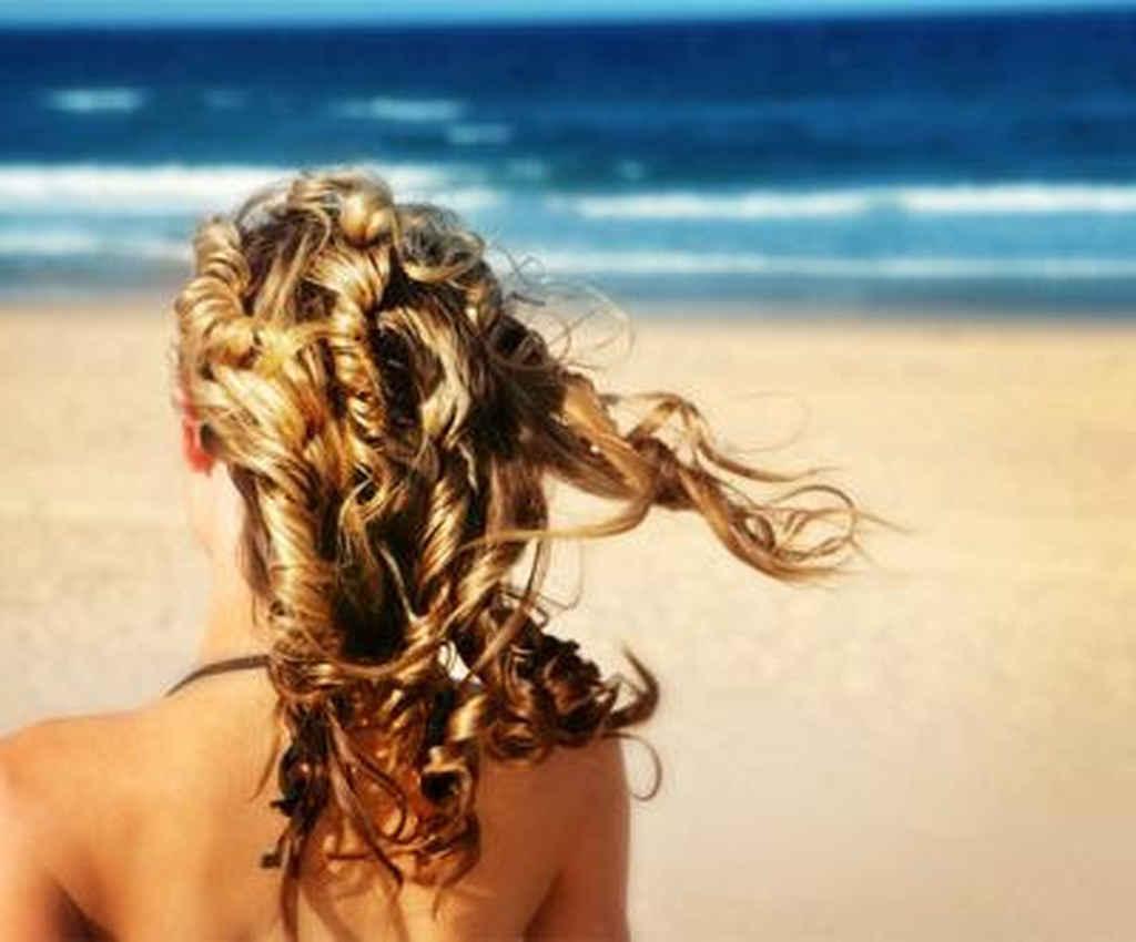 Além da exposição ao sol e à água do mar e da piscina, hábitos comuns no verão, como prender os fios e dormir com os cabelos molhados, também podem prejudicar a saúde e a beleza capilar.