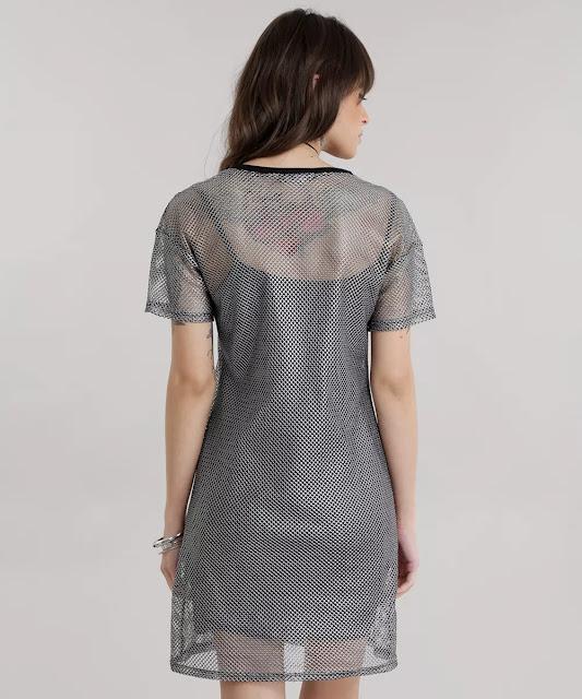 O forro tem formato de vestido com alças finas e caimento ajustado