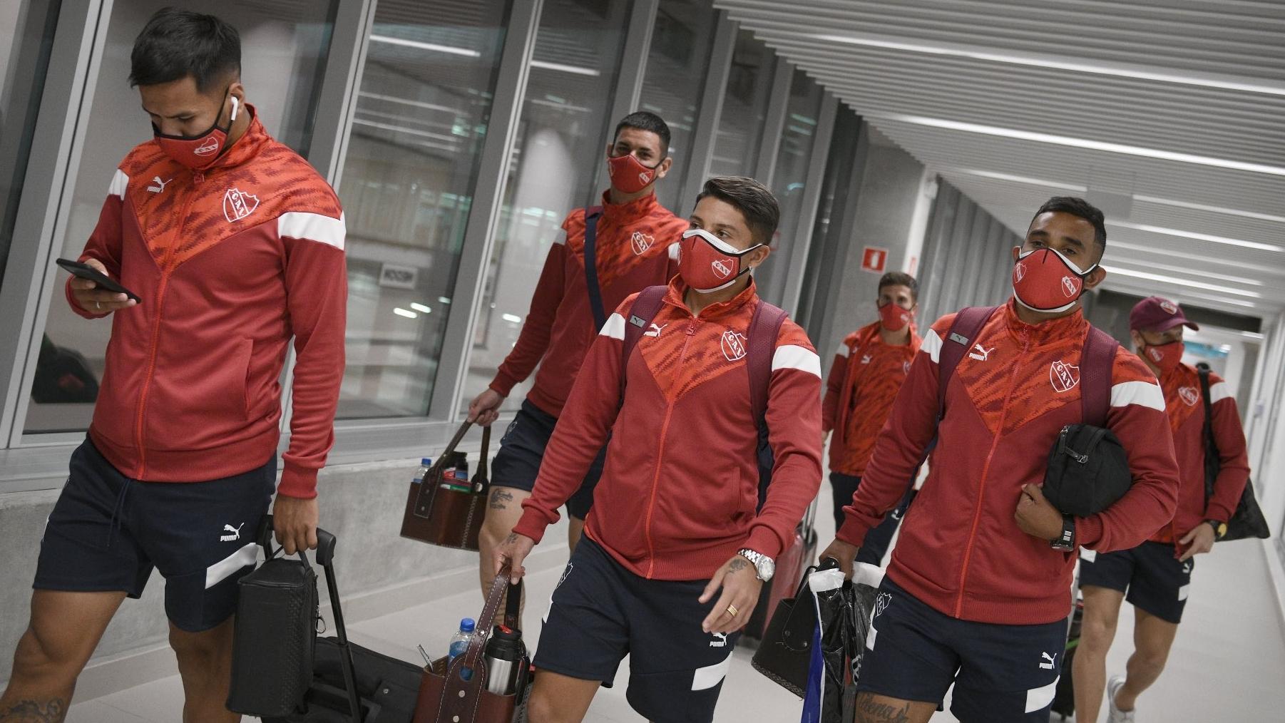 Escándalo: por casos de COVID, jugadores de Independiente quedaron varados en aeropuerto de Brasil