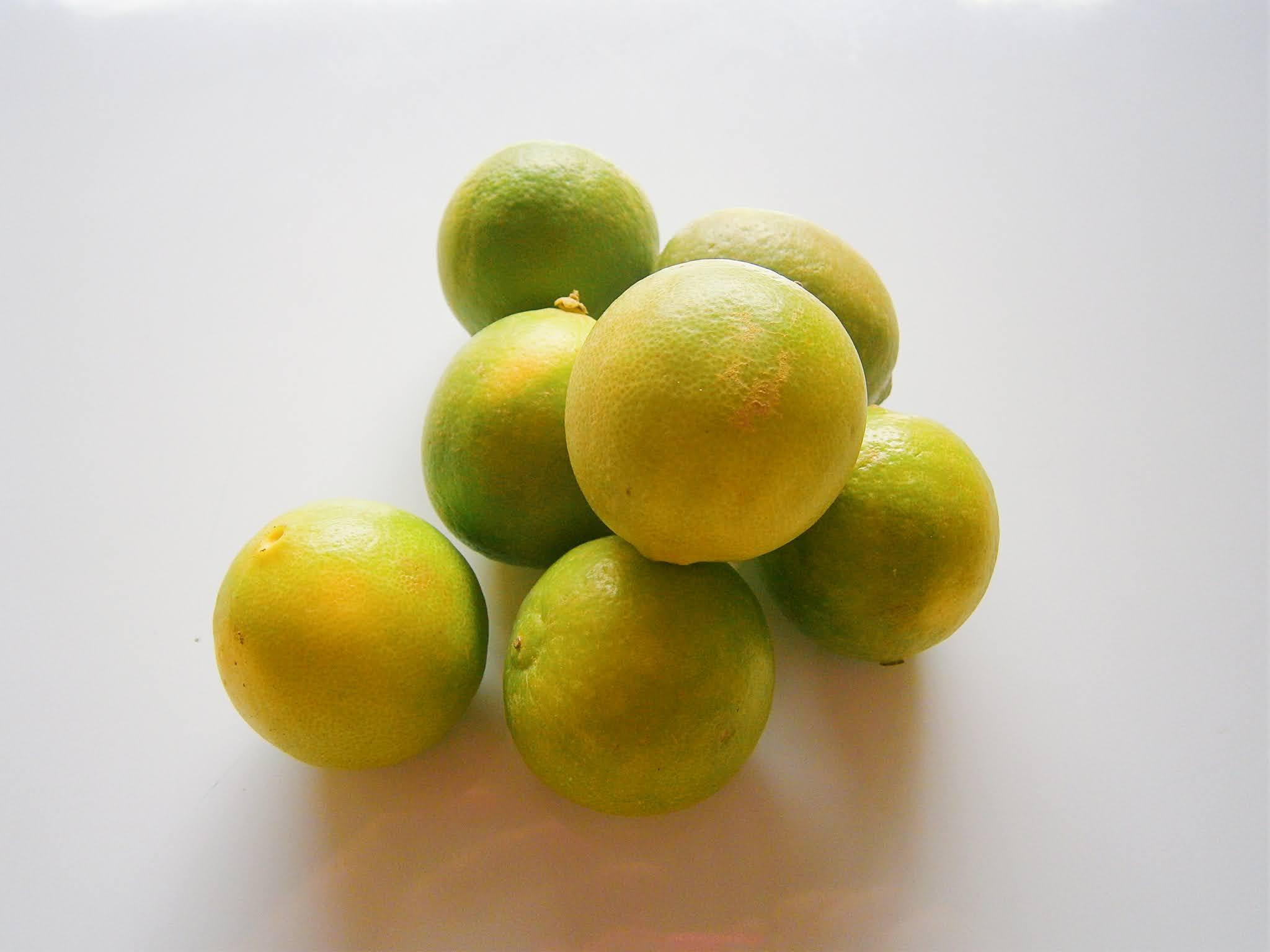 Limones frescos puestos sobre un fondo de color blanco