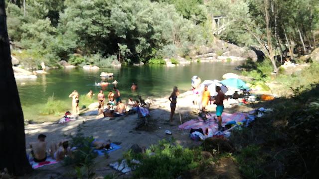 Jovens na praia fluvial da Quinta do Rio