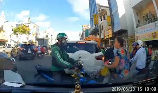 Tranh cãi qua lại vì không chịu nhường đường, nam thanh niên dùng mũ bảo hiểm phang thẳng vào đầu người phụ nữ rồi phóng xe bỏ đi