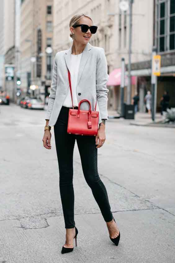 Calça preta, blazer, scarpin e bolsa vermelha