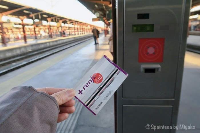 マドリードのセルカニアス線のホームにある切符刻印機