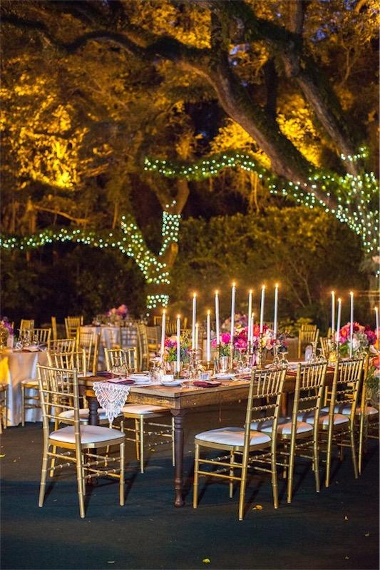 sillas doradas en boda decorada en fucsia y esmeralda chicanddeco