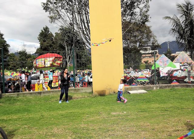 シモン・ボリバル公園で凧揚げを楽しむコロンビア人