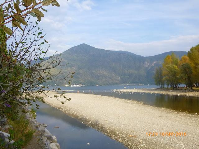 Der Campingplatz Riviera ist direkt am Lago Maggiore  und an der Flussmündung des Cannobino gelegen