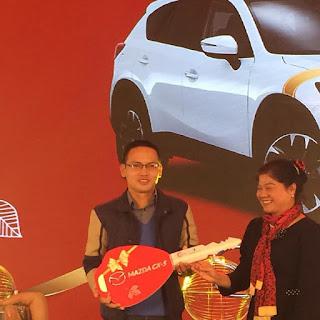 Khách hàng Trần Văn Đông là người may mắn trúng giải thưởng ô tô Mazda CX5