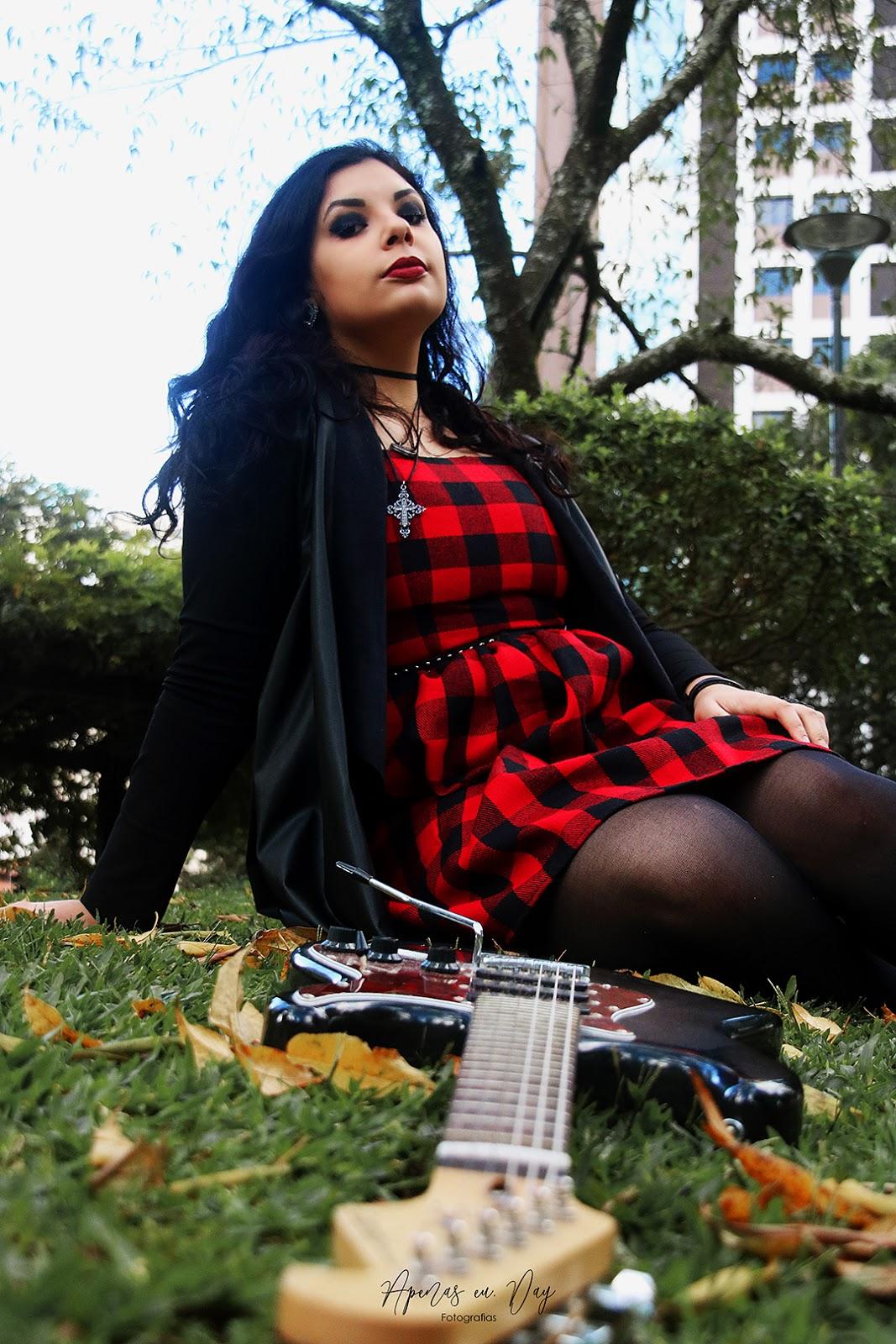 Ensaio realizado em Curitiba na Praça do Japão. Ensaio feminino alternativo com mangás e guitarra, saiba mais agora!