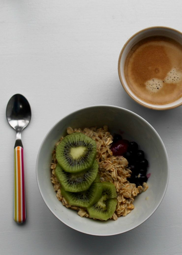 Healthy breakfast ideas (vegan friendly): Oatmeal with kiwi and mixed berries + coffee