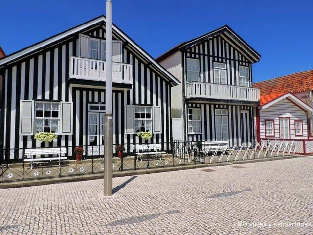 Casas típicas en Costa Nova, Aveiro, Portugal