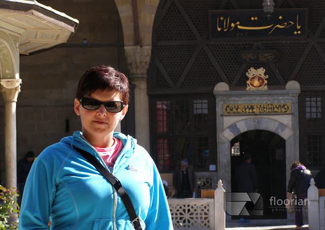 Muzeum Mevlany z turkusową kopułą będącą wizytówką miasta. Wewnątrz znajduje się grób Jalaladdina Rumi (1207-1273) zwanego przez swoich zwolenników Mevlaną