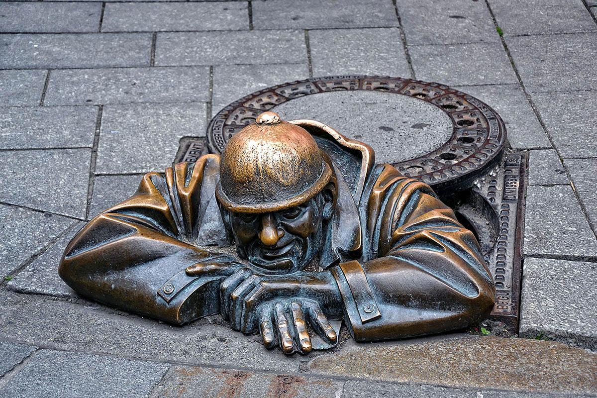Памятник бронзовый бюст рабочего в Братиславе